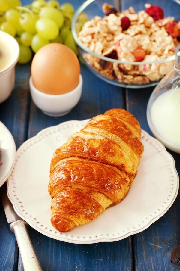 Croissant met melk stock afbeeldingen