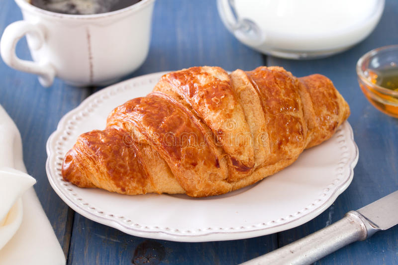 Croissant met melk royalty-vrije stock foto's