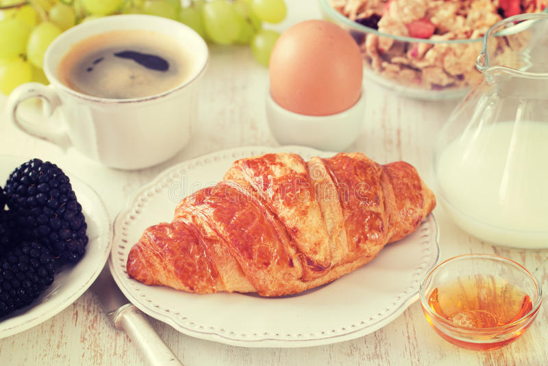 Croissant met melk, ei, kop stock afbeeldingen