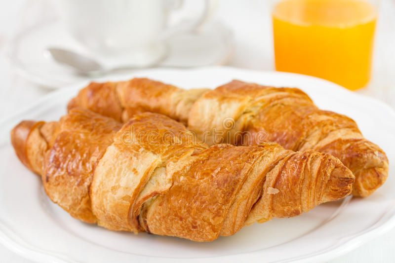 Croissant met thee en sap stock foto's