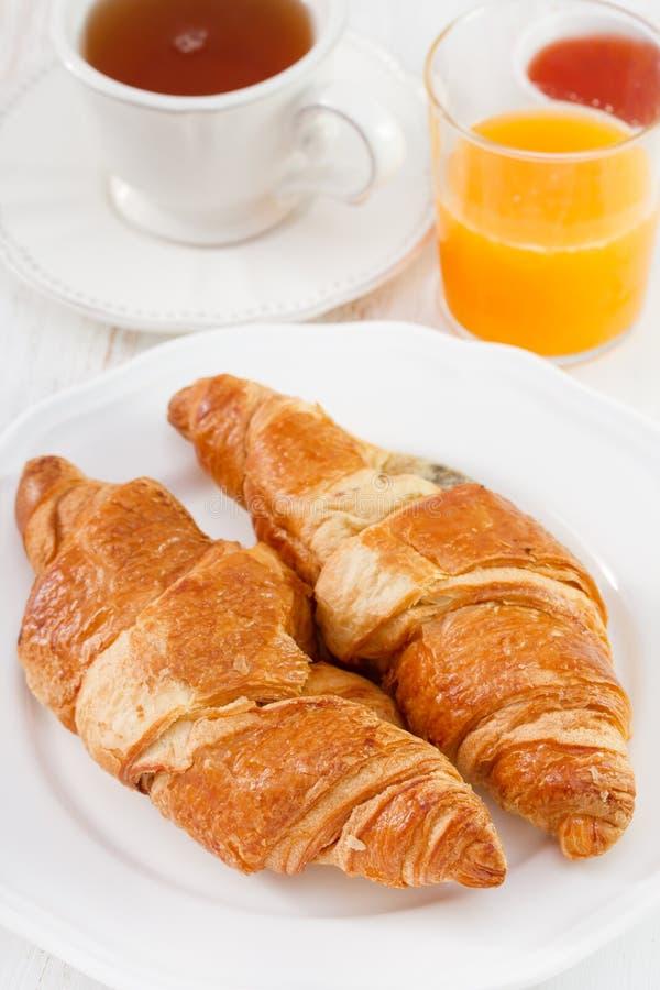 Croissant met thee, sap royalty-vrije stock foto's