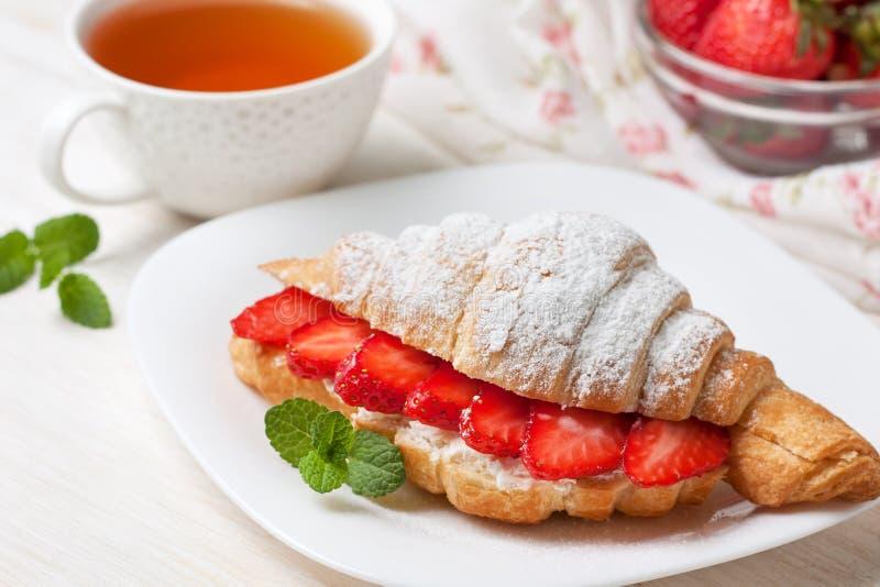 Croissant met verse aardbeien, ricotta royalty-vrije stock foto's