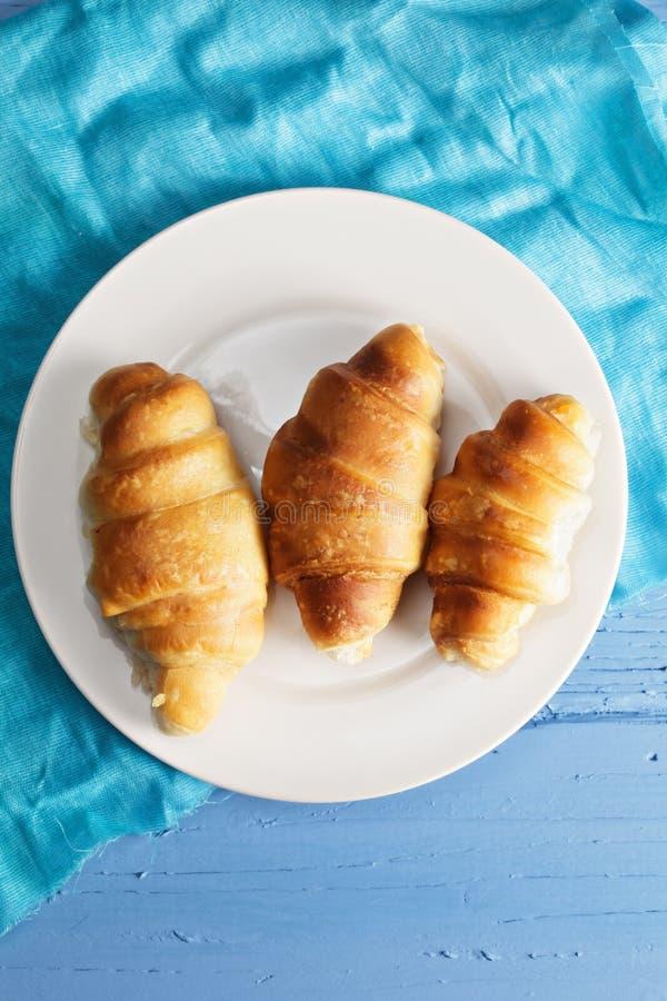 Croissant na placa acima da vista imagem de stock royalty free