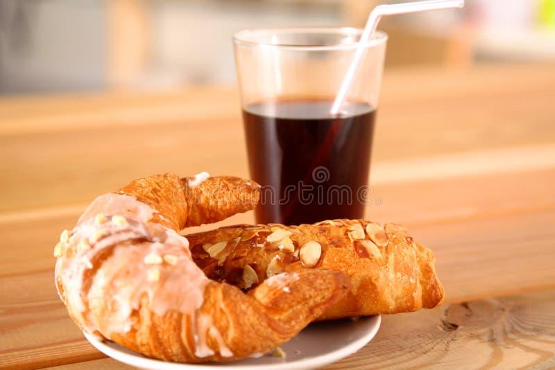 Croissant nel piatto sulla tavola fotografia stock libera da diritti