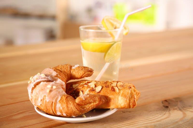 Croissant nel piatto sulla tavola fotografia stock