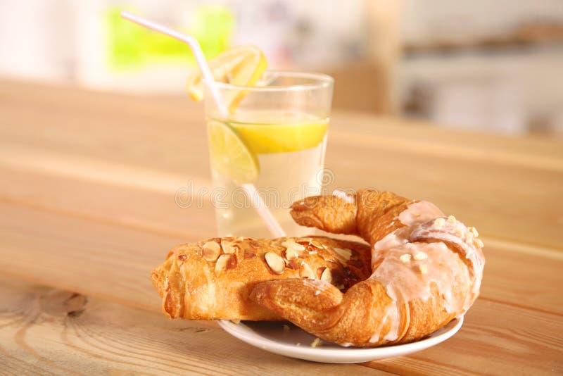 Croissant nel piatto sulla tavola immagine stock libera da diritti