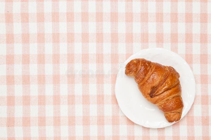 Croissant no pano de tabela imagem de stock
