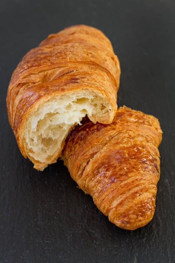 Croissant op dark stock fotografie