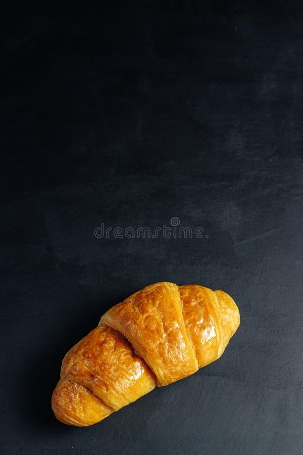Croissant op donkere lijst royalty-vrije stock foto