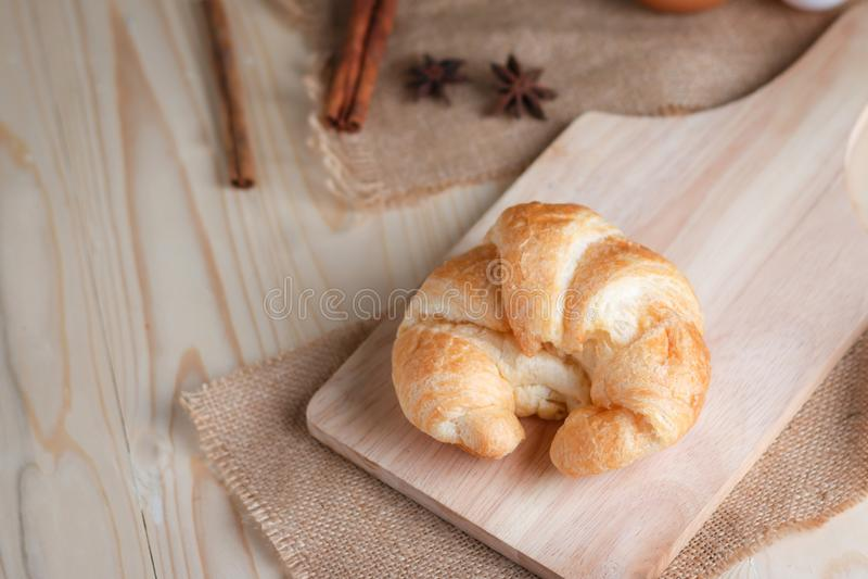 Download Croissant Op Houten Besnoeiingsraad Op Lijsthout En Stof Uitgezochte FO Stock Afbeelding - Afbeelding bestaande uit croissants, zwart: 114226477