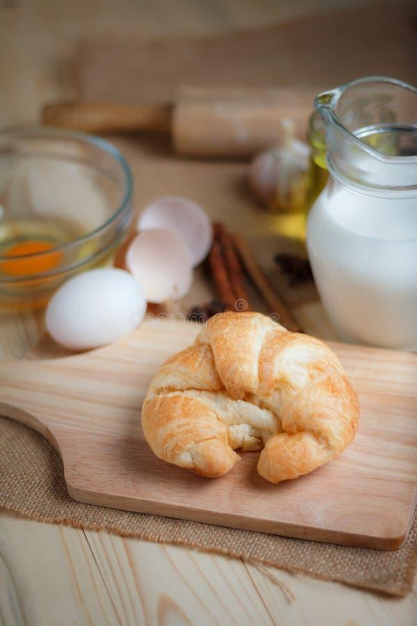 Download Croissant Op Houten Besnoeiingsraad Op Lijsthout En Stof Uitgezochte FO Stock Afbeelding - Afbeelding bestaande uit heerlijk, raad: 114226499