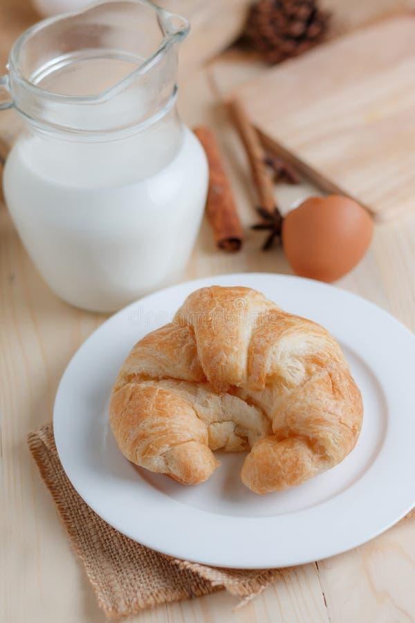 Download Croissant Op Houten Van De Lijsthout En Stof Uitgezochte Nadruk Ondiepe D Stock Afbeelding - Afbeelding bestaande uit eigengemaakt, achtergrond: 114226513