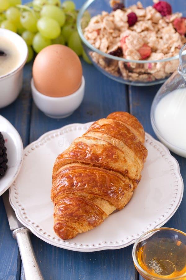 Croissant op plaat met melk, ei royalty-vrije stock foto