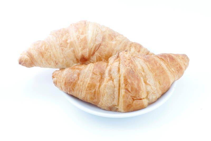 Croissant, pão do croissant na placa no fundo branco fotografia de stock