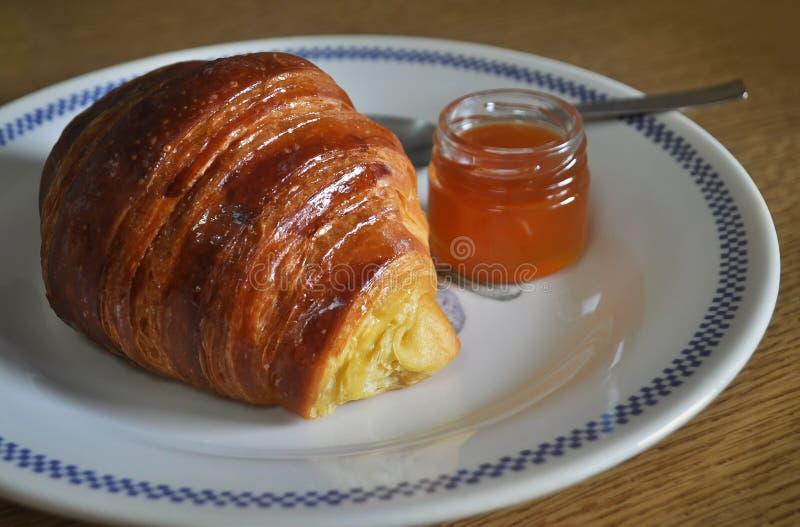 Croissant, petit pain doux de Briochem avec le petit pot de confiture d'abricot image stock