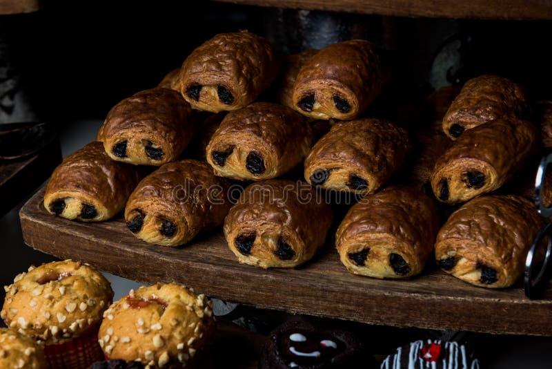 Croissant - petits pâtés avec du chocolat à l'intérieur photographie stock