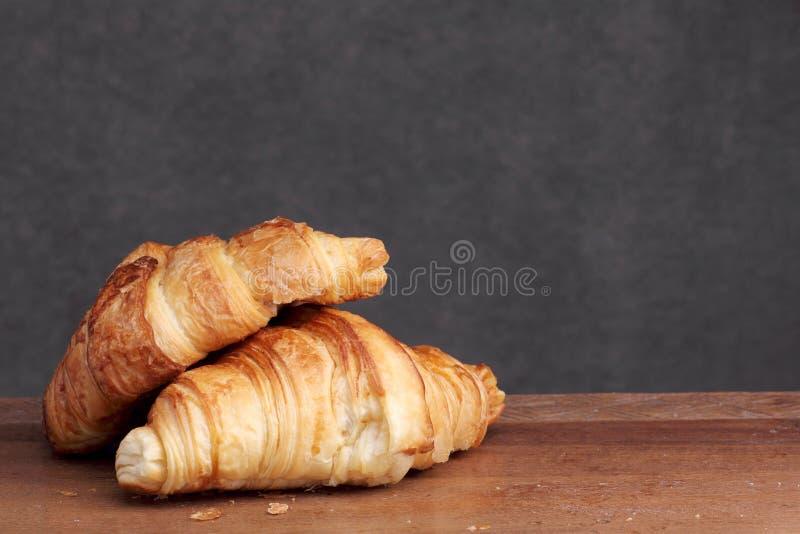 Croissant piekarnia na teakwood zdjęcia royalty free