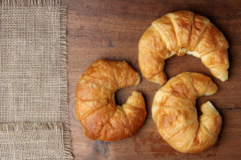 Croissant piekarnia na teakwood stole fotografia royalty free