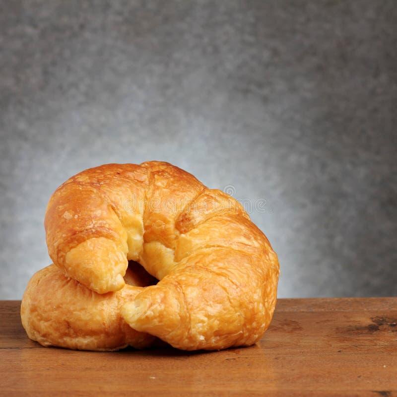 Croissant piekarnia na teakwood stole zdjęcia royalty free