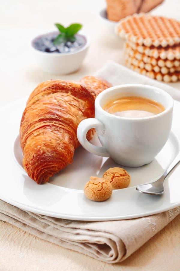 Croissant słuzyć z kawą espresso zdjęcia stock