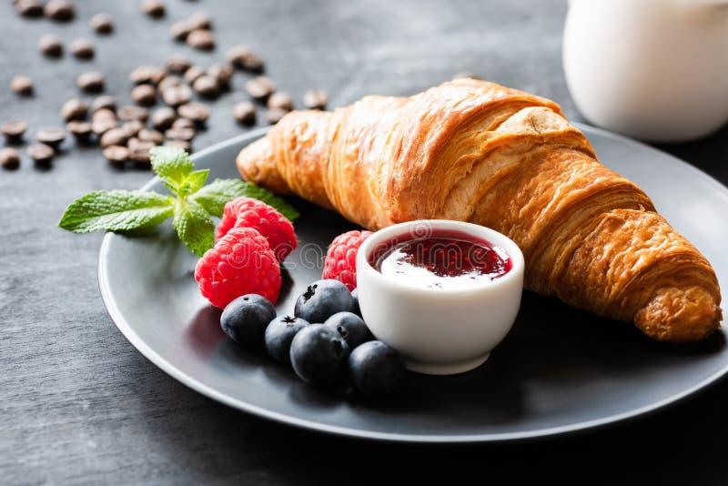 Croissant saboroso, bagas e doce em uma placa fotografia de stock royalty free