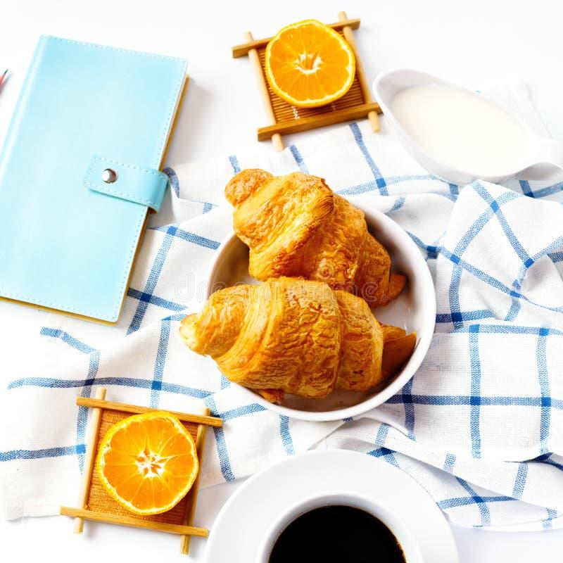 Croissant savoureux cuit au four frais pour le petit déjeuner photos stock