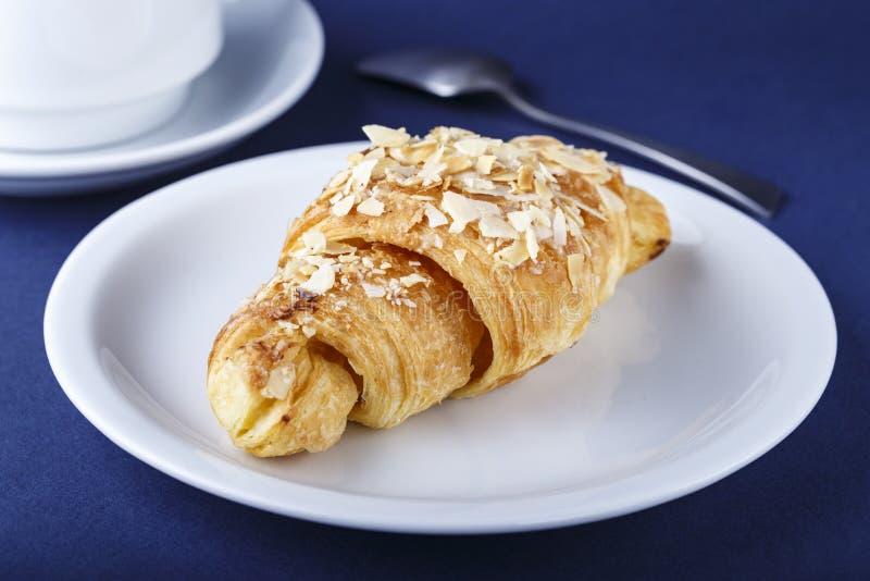 Croissant su un piatto su una tavola fotografia stock