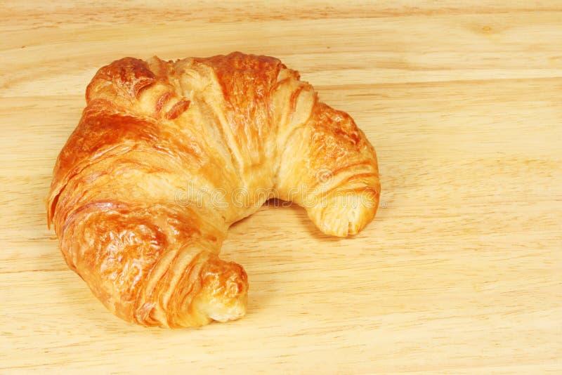Croissant Sul Bordo Di Pane Fotografia Stock Gratis