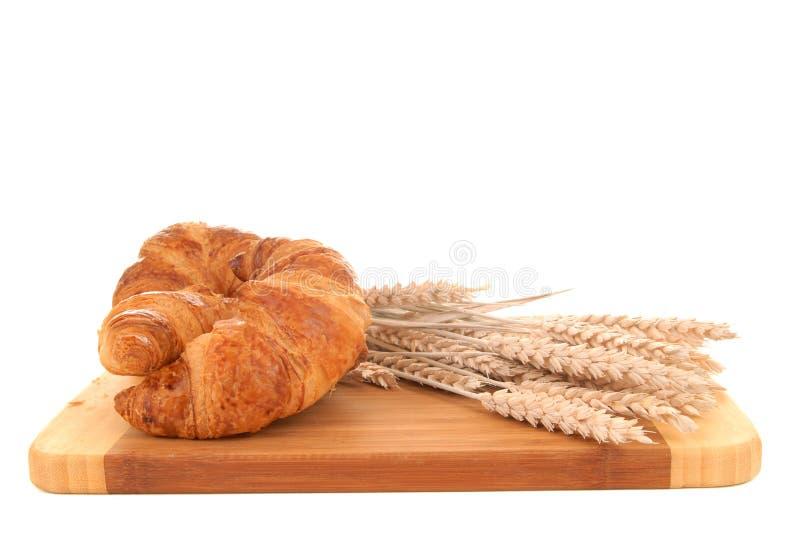 Croissant sulla scheda di taglio immagine stock