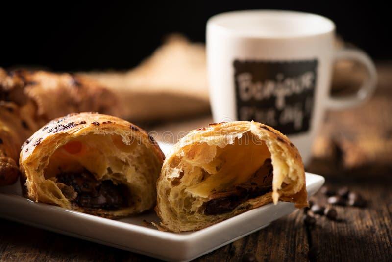 Croissant vicino su in legno con coffe immagini stock