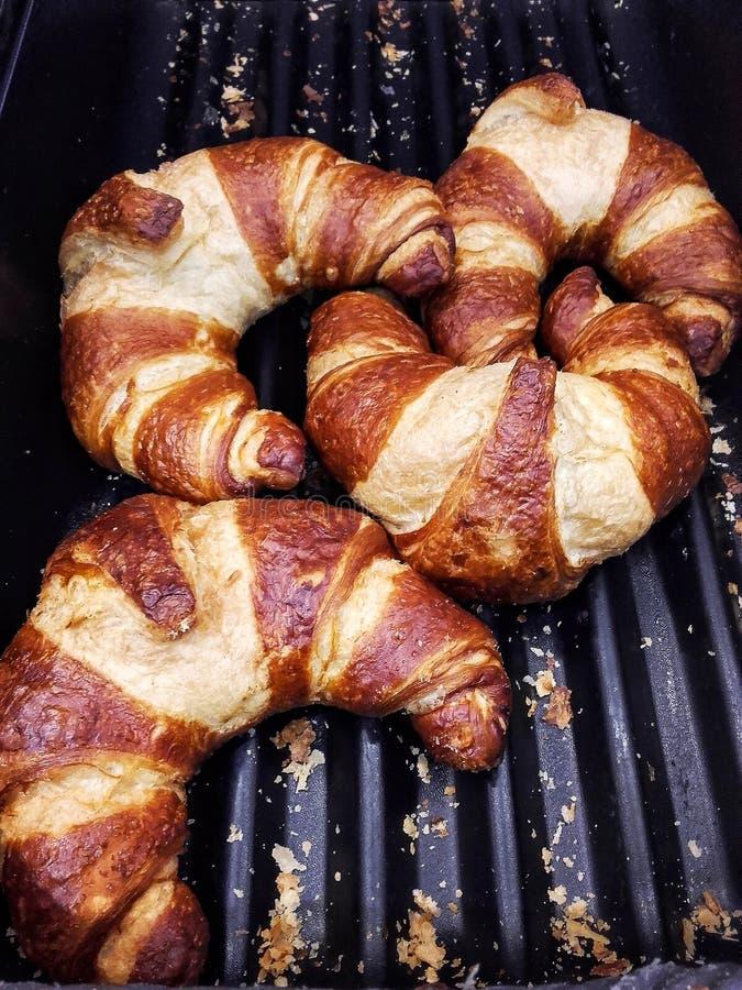 Croissant voor verkoop bij de bakkerij stock fotografie