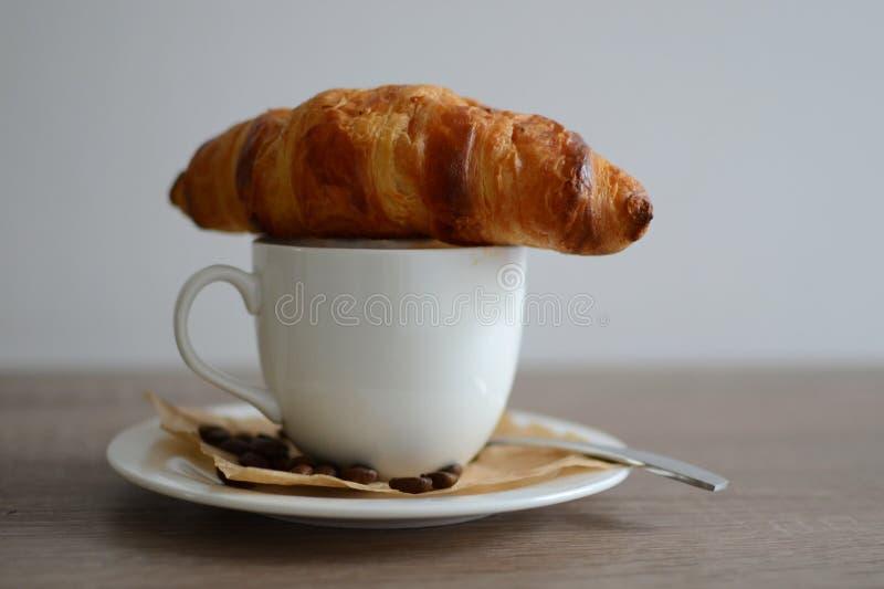 Croissant y café imagen de archivo libre de regalías