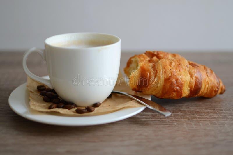 Croissant y café fotos de archivo