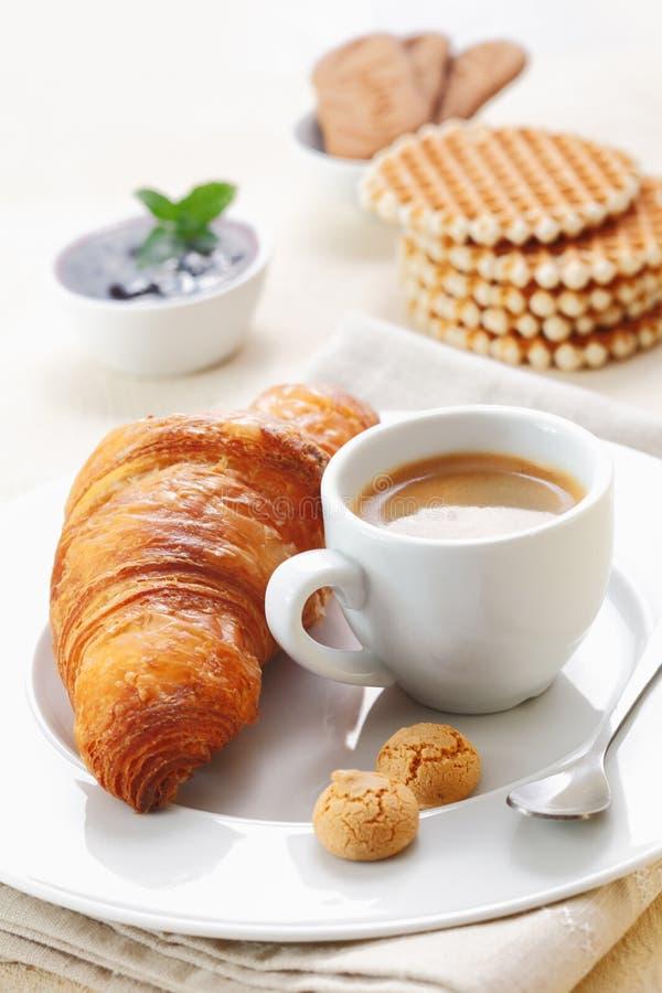 Croissant y café express fotografía de archivo