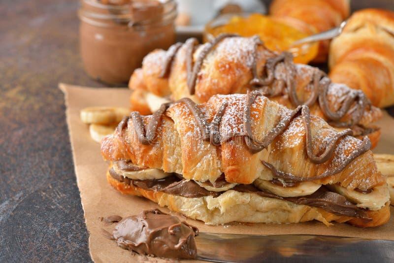 Croissant z bananem i czekoladą fotografia stock