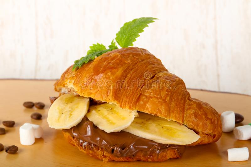 Croissant z czekoladą i bananem obrazy stock