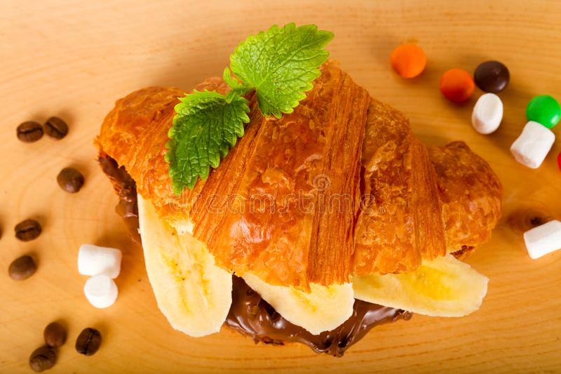 Croissant z czekoladą i bananem fotografia stock