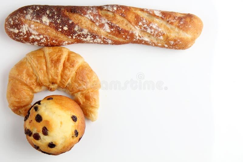 Croissantbakkerij met de muffin van bradebaguette op witte achtergrond stock afbeeldingen