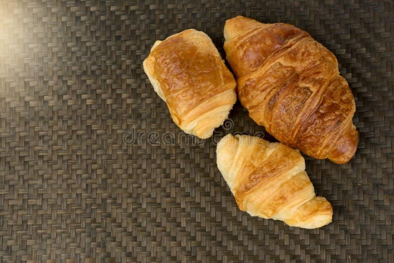 croissantbakkerij op lijst met bruine textuur stock afbeeldingen