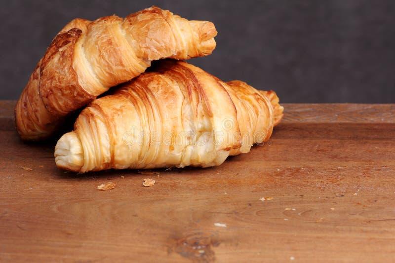 Croissantbakkerij op teak stock foto's