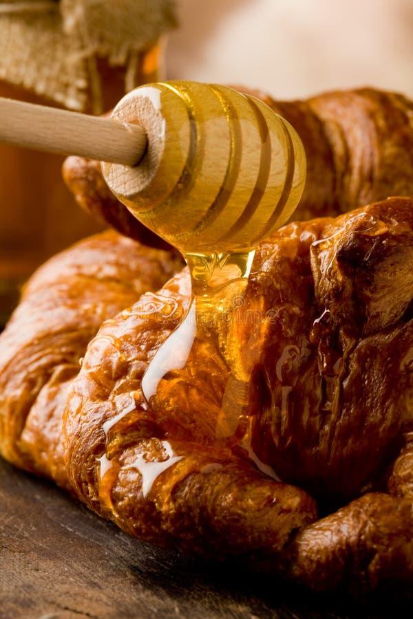 Croissanten met honing stock foto's