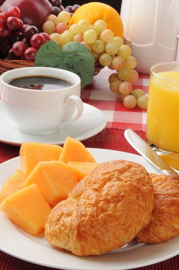 Croissanten met kantaloep en koffie stock foto's