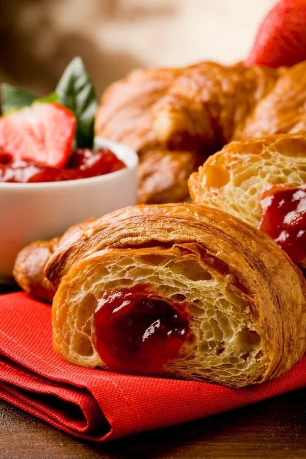 Croissanten met marmelade stock afbeeldingen