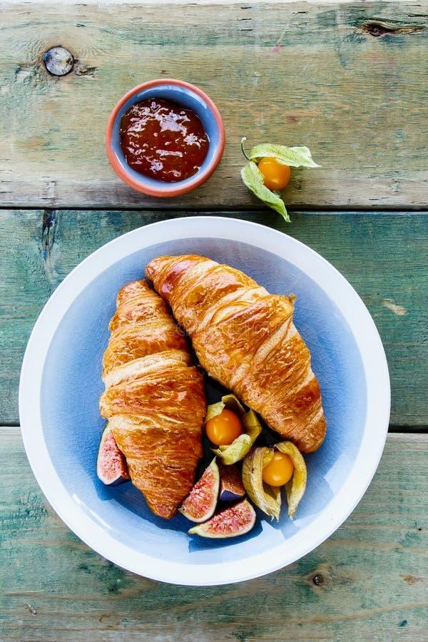 Croissants, μαρμελάδα και φρούτα στοκ φωτογραφία με δικαίωμα ελεύθερης χρήσης