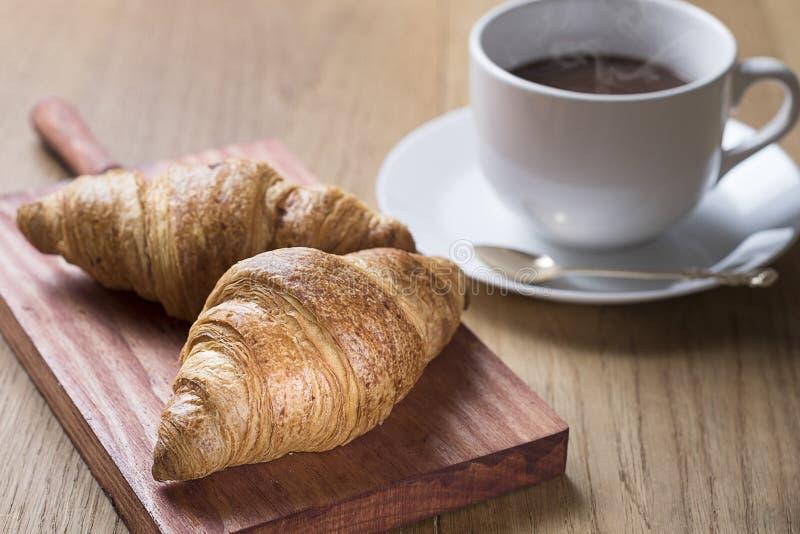 Croissants με την καυτή σοκολάτα στοκ εικόνες