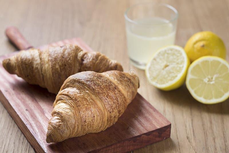 Croissants με τη λεμονάδα στοκ εικόνες