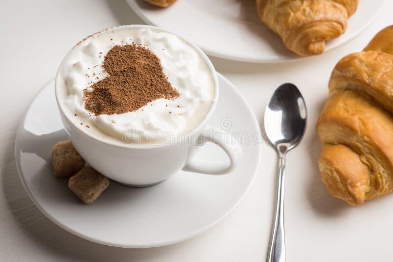 Croissants με το φλιτζάνι του καφέ στοκ εικόνες