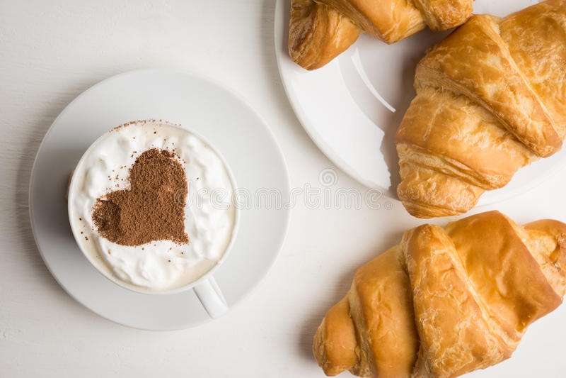 Croissants με το φλιτζάνι του καφέ στοκ φωτογραφία με δικαίωμα ελεύθερης χρήσης