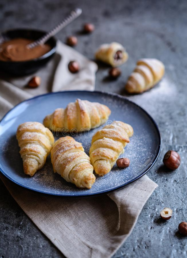 Croissants που γεμίζουν σπιτικά με την κρέμα φουντουκιών στοκ φωτογραφίες με δικαίωμα ελεύθερης χρήσης