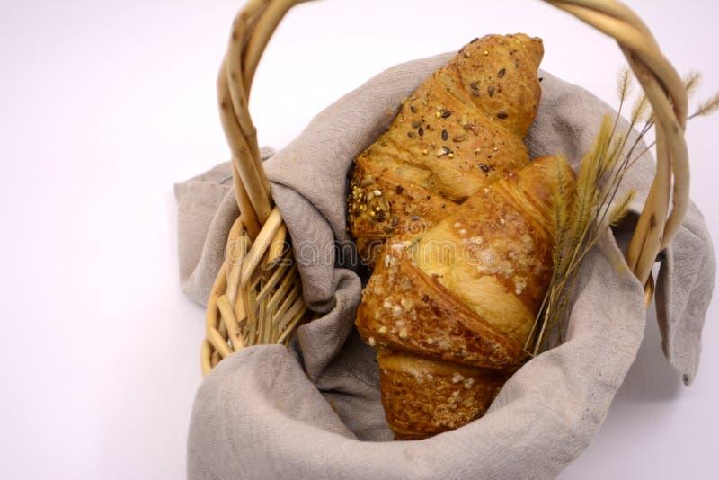 Croissants στο καλάθι στο ελαφρύ υπόβαθρο στοκ εικόνες